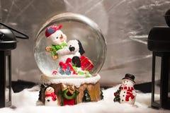 Sneeuwman in snowdome, Kerstmisdecoratie thuis, Gelukkig Nieuw Stem vóór Royalty-vrije Stock Foto's
