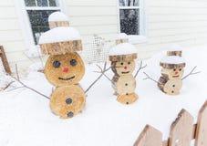 Sneeuwman in stuk van hout met omheining op de voorzijde wordt gemaakt die Stock Afbeelding