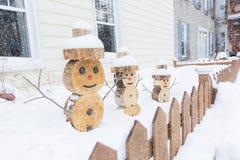 Sneeuwman in stuk van hout met omheining op de voorzijde wordt gemaakt die Royalty-vrije Stock Foto