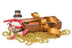 Sneeuwmannen, de doos van de Kerstmisgift met gouden bal Stock Fotografie