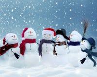 Sneeuwmannen die zich in het landschap van de winterkerstmis bevinden Royalty-vrije Stock Afbeeldingen