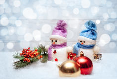 Sneeuwmannen met tak met rode bessen en Kerstmisballen Stock Afbeeldingen