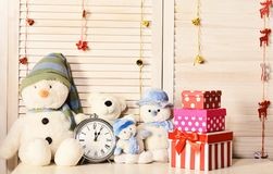 Sneeuwmannen, teddyberen en huidige dozen dichtbij wekker royalty-vrije stock foto's