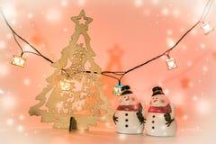 2 sneeuwmantribune dichtbij Kerstmisboom Stock Foto