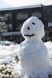 Sneeuwmantribune op witte snowground Stock Foto's