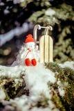Sneeuwmanzitting dichtbij slee Royalty-vrije Stock Fotografie