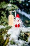 Sneeuwmanzitting dichtbij slee Royalty-vrije Stock Foto