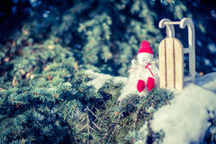 Sneeuwmanzitting dichtbij slee Royalty-vrije Stock Foto's