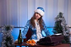 Sneeuwmeisje in het bureau Stock Foto