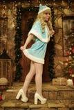 Sneeuwmeisje op drempel van huis in Kerstmisstijl die wordt verfraaid Royalty-vrije Stock Afbeelding