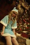 Sneeuwmeisje op drempel van huis in Kerstmisstijl die wordt verfraaid Royalty-vrije Stock Foto