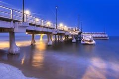 Sneeuwnacht bij de Oostzeepijler in Gdansk royalty-vrije stock foto