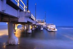 Sneeuwnacht bij de Oostzeepijler in Gdansk stock fotografie
