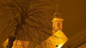 Sneeuwnachtboom en Kerk stock videobeelden