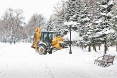 Sneeuwontruiming op de boulevard na sneeuwval Stock Foto