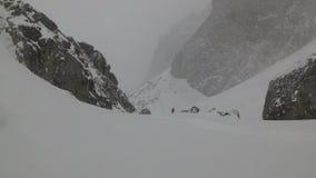 Sneeuwonweer in de Reizen van de Bergenskiër in de Bergen stock video
