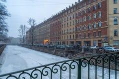 Sneeuwonweer in de straten van St. Petersburg Stock Afbeelding