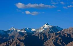 Sneeuwpiek van Himalays-berg in Stok-Waaier, Ladakh, India Royalty-vrije Stock Afbeeldingen
