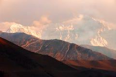Sneeuwpieken bij zonsondergang in de Himalayan-bergen nepal Koninkrijk van Mustang Royalty-vrije Stock Foto's