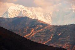 Sneeuwpieken bij zonsondergang in de Himalayan-bergen nepal Koninkrijk van Mustang Stock Fotografie