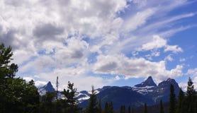 Sneeuwpieken en de Zomerhemel, Gletsjer Nationaal Park royalty-vrije stock afbeelding