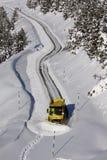 Sneeuwploeg die de weg schoonmaken royalty-vrije stock foto's