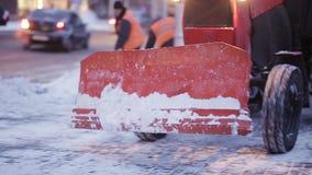 Sneeuwploeg die in openlucht straat schoonmaken Sneeuwploeg die verse sneeuw verwijderen uit stadsvierkant stock video