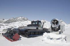 Sneeuwploeg en kanon bij de Molltaler-Gletsjer, Oostenrijk Royalty-vrije Stock Afbeeldingen