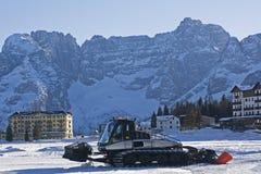 Sneeuwploeg in skitoevlucht Royalty-vrije Stock Foto's