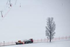 Sneeuwpottenbakker en stortplaatsvrachtwagen stock afbeeldingen