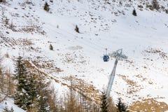 Sneeuwscène van Karpatische Bergen, Roemenië Kabelwagen over m Royalty-vrije Stock Afbeeldingen