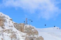 Sneeuwscène van Karpatische Bergen, Roemenië Kabelwagens over Royalty-vrije Stock Foto's