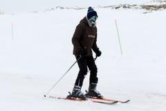Sneeuwscooter bewegende sneeuw om de wegen in Falakro-skicentrum te ontruimen, Royalty-vrije Stock Foto
