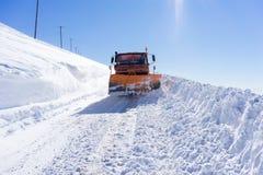 Sneeuwscooter bewegende sneeuw om de wegen in Falakro-skicentrum te ontruimen, Stock Afbeeldingen
