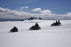 Sneeuwscooter in gletsjer dichter Stock Foto's