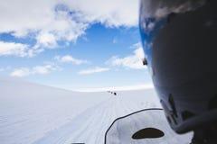 Sneeuwscooter op de weg van de sneeuwgletsjer ijsland Stock Foto's