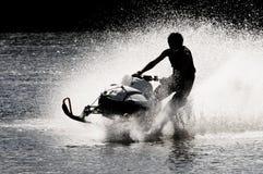 Sneeuwscooter op open water royalty-vrije stock afbeelding