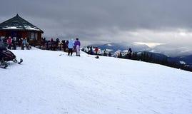 Sneeuwscooter op sneeuw dichte omhooggaand stock foto