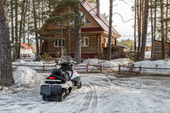 Sneeuwscooter thuis royalty-vrije stock afbeelding