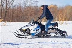 Sneeuwscooterrassen in de sneeuw Conceptenwintersporten, raceauto's Stad van Cheboksary, Rusland, 03/10/2019 stock foto