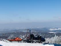 Sneeuwscooterredding in de bergen Stock Foto