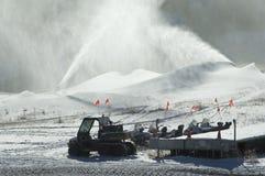Sneeuwscooters onder sneeuwmakers. Stock Fotografie
