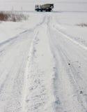 Sneeuwsporen met cementmixer op horizon royalty-vrije stock afbeeldingen