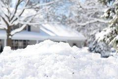 Sneeuwstapel in de voorsteden stock afbeelding