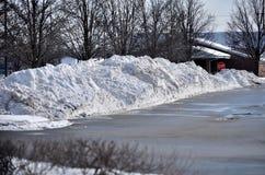 Sneeuwstapel op parkeerterrein stock fotografie