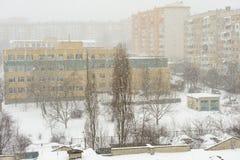 Sneeuwstorm in de stad stock foto's