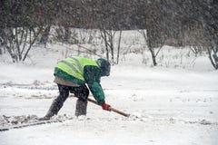 Sneeuwstorm in de stad De werknemers van openbare diensten maken sneeuw schoon royalty-vrije stock foto's