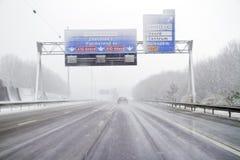 Sneeuwstorm op de weg in Nederland stock afbeelding