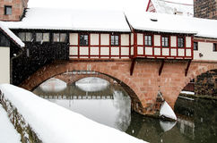 Sneeuwstorm in oude stad Nuremberg, Duitsland - Beul House over rivier Pegnitz Stock Foto's