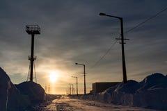 Sneeuwstraat op een zonnige dag Norilsk Oganer royalty-vrije stock afbeeldingen